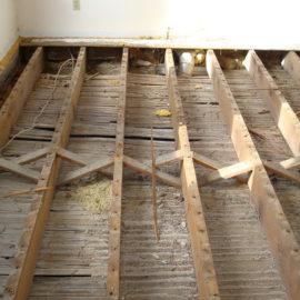 Демонтаж напольного покрытия на лагах